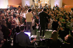 Choir of 500+ people sing David Bowie's Space Oddity