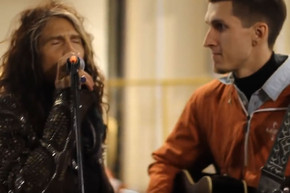 Busker singing Aerosmith doesn't realize Steven Tyler is quietly watching from the crowd