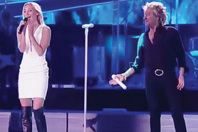 Rod Stewart brings his daughter on stage for a duet of 'Forever Young'