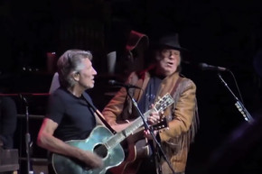 Roger Waters and Neil Young perform tribute to Bob Dylan