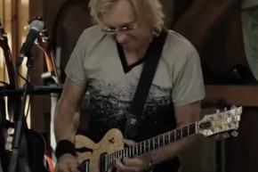 Joe Walsh and Daryl Hall perform 'Life's Been Good' live from Daryl's House